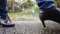 雨の中を歩く女性の足元 77116645