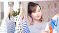 洋服を選ぶ女性 77240550