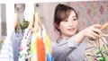 洋服を選ぶ女性 77240608