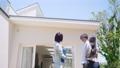 カップルに物件を案内する女性担当者 モデルハウス ハウスメーカー 部屋探し 77300937