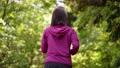 公園をジョギングする女性 77472929