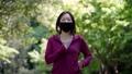 マスクを着用してジョギングする女性 77472930