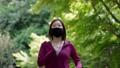 マスクを着用してジョギングする女性 77472931