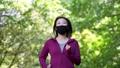 マスクを着用してジョギングする女性 77472932
