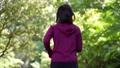 公園をジョギングする女性 77472935