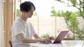 パソコンを使う男性 ワーケーションイメージ 77472939