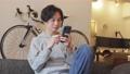 A man who uses a smartphone 77512958