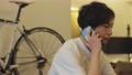 一個使用智能手機的人 77591380