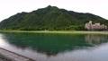 梅雨空の長良川と金華山 77834978