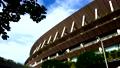 東京2020オリンピック・パラリンピック会場の東京国立競技場を煽り目線でパン撮影 78109333