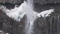 華厳の滝とちらつく粉雪のスローモーション映像 78622472