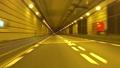 黄色く照明された海底トンネルを走り抜ける 78679733
