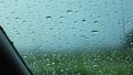 雨の日 車の窓ガラスの水滴 自動車 運転 イメージ 78686075