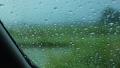 雨の日 車の窓ガラスの水滴 自動車 運転 イメージ 78686078