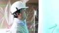 真剣に仕事する若い日本人の塗装業、仕事中の横顔 78765574