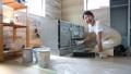 塗装する女性、家具のリサイクル、DIY趣味のミドル女性 79203022