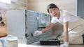 塗装する女性、家具のリサイクル、DIY趣味のミドル女性 79203026