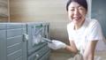 塗装する女性、家具のリサイクル、DIY趣味のミドル女性 79203029