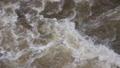 増水した河川の濁流 79262271
