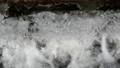 川に流れ落ちる水路の水 79442012