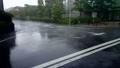 突然降り出した土砂降りの雨と道路 81120911
