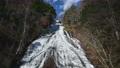 豪快な湯滝と紅葉のコラボ情景@奥日光、栃木 81547217
