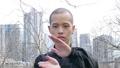 公園で太極拳を舞う中国人男性(上半身アップ) 81615400