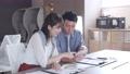 オフィスでスマホを見ながら話をする男女  撮影協力:WEEK芝大門(サンフロンティア不動産) 81956013