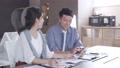 オフィスでスマホを見ながら話をする男女  撮影協力:WEEK芝大門(サンフロンティア不動産) 81956014