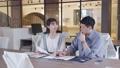オフィスで仕事をする若い男女のポートレート  撮影協力:WEEK芝大門(サンフロンティア不動産) 81956016