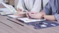 オフィスでスマホを見る若い男女の手元のアップ 撮影協力:WEEK芝大門(サンフロンティア不動産) 81956018