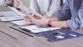 オフィスでスマホを見る若い男女の手元のアップ 撮影協力:WEEK芝大門(サンフロンティア不動産) 81956019