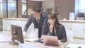 ビジネス オフィスでパソコンを見て会話する男女 撮影協力:WEEK芝大門(サンフロンティア不動産) 81956020