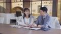 ビジネス オフィスでスマホを見て会話する男女 撮影協力:WEEK芝大門(サンフロンティア不動産) 81956021