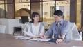 ビジネス オフィスで会話する若い男女 撮影協力:WEEK芝大門(サンフロンティア不動産) 81956024