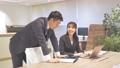 ビジネス オフィスでパソコンを見て会話する男女 撮影協力:WEEK芝大門(サンフロンティア不動産) 81956025