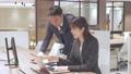 ビジネス オフィスでパソコンを見て会話する男女 撮影協力:WEEK芝大門(サンフロンティア不動産) 81956026