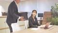 ビジネス オフィスでパソコンを見て会話する男女 撮影協力:WEEK芝大門(サンフロンティア不動産) 81956027