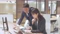 ビジネス オフィスでパソコンを見て会話する男女 撮影協力:WEEK芝大門(サンフロンティア不動産) 81956028