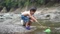 川で遊ぶ親子 81987311