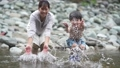 川で遊ぶ親子 81987341
