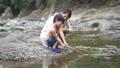 川で遊ぶ親子 81987416