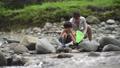 川で遊ぶ親子 81987417