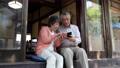 使用智能手機的近夫婦 82516181