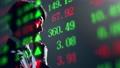 株価の一覧ボードとビジネスマン 82530691