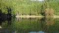 水面への映り込みが美しい龍王ヶ渕 82769318