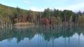 明るい空がきれいに水面に映る透き通った湖 83182092