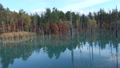 明るい空がきれいに水面に映る透き通った湖 83182093